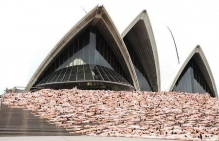 Spencer Tunick invites over 5000 people to pose naked on the steps of the Sydney Opera House