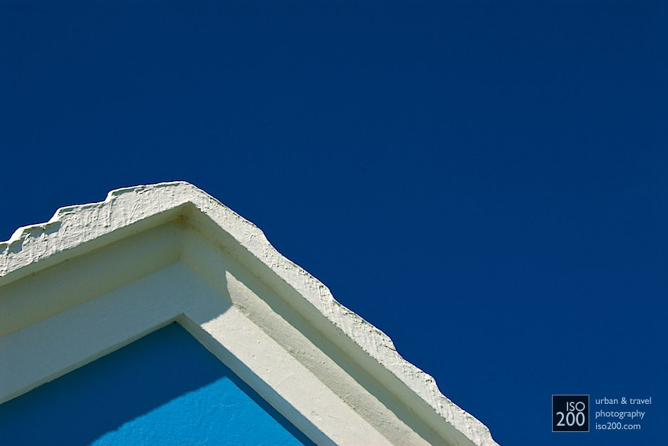Photo blog post: 'White gable, sky blue wall'